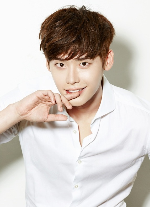 Actor Lee Jong Suk took to Instagram to ask for his fans' opinions ...