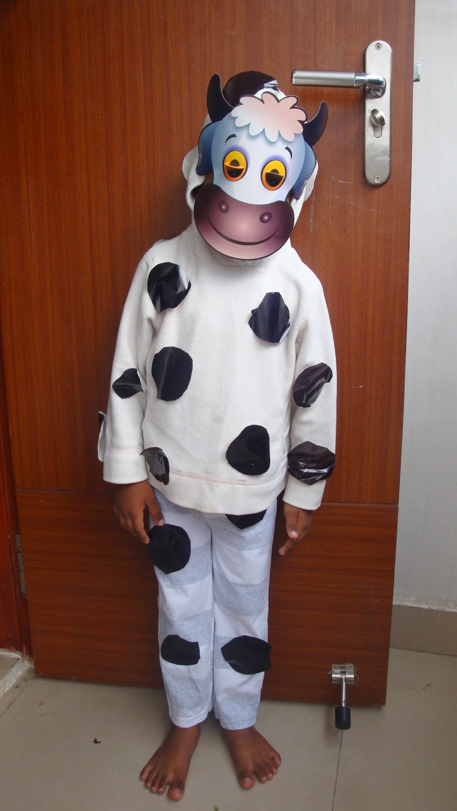 COLOURFUL IMAGINATIONS !!!!!!!: DIY - Simple Cow costume for kids