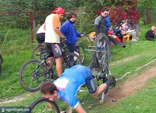 Vive le sport(surtout quand il nous fait rire) - Page 4 ?u=http%3A%2F%2F4.bp.blogspot.com%2F-Ot5xZuaA2v0%2FUWaZNnLM2QI%2FAAAAAAAAKrQ%2FBBYf02T0H84%2Fs1600%2Fhumour-drole-insolite-sport-cyclisme-tour-france13