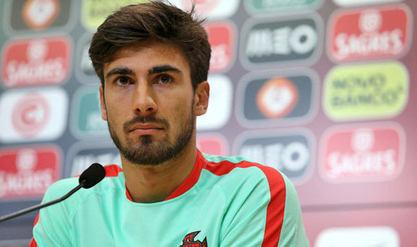 The 26-year old son of father (?) and mother(?) André Gomes in 2020 photo. André Gomes earned a million dollar salary - leaving the net worth at 15 million in 2020