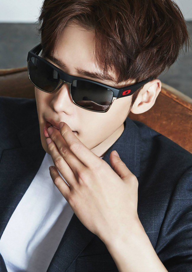 Lee Jong Suk looks casual and chic in latest Oakley pictorial