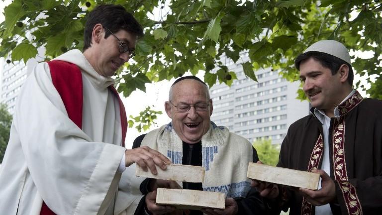 From L) German Pastor Gregor Hohberg, Israeli Rabbi Tovia Ben-Chorin ...