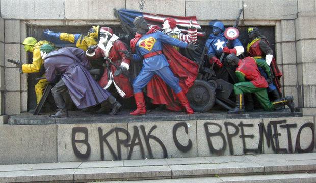 Pintan superheroes en monumento comunista - Echandola