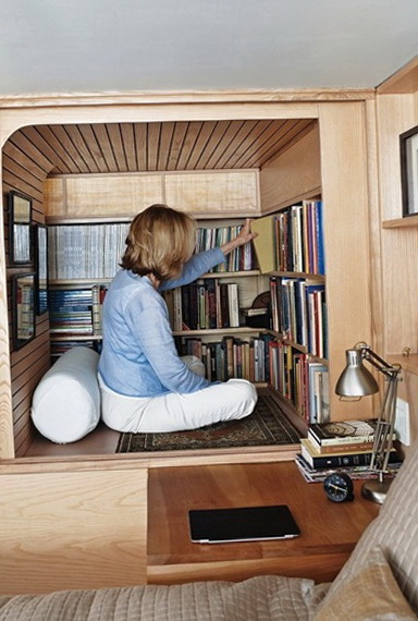 The tiny New York apartment with an unusual library ...