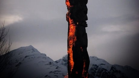 Survivors Totem Pole raised in Vancouver's Downtown Eastside - British Columbia - CBC News