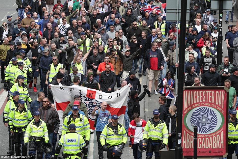 Manchester far-right protestors tussle with police | Daily ...