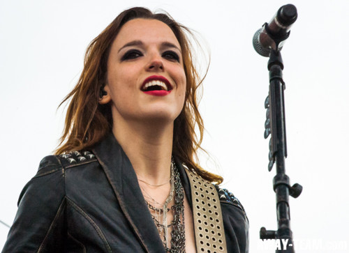 The 33-year old daughter of father (?) and mother(?), 170 cm tall Lzzy Hale in 2017 photo