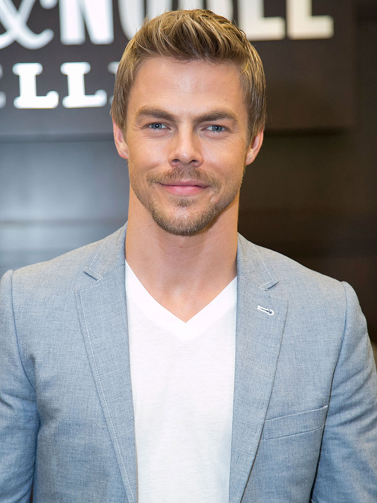 The 31-year old son of father (?) and mother(?), 178 cm tall Derek Hough in 2017 photo