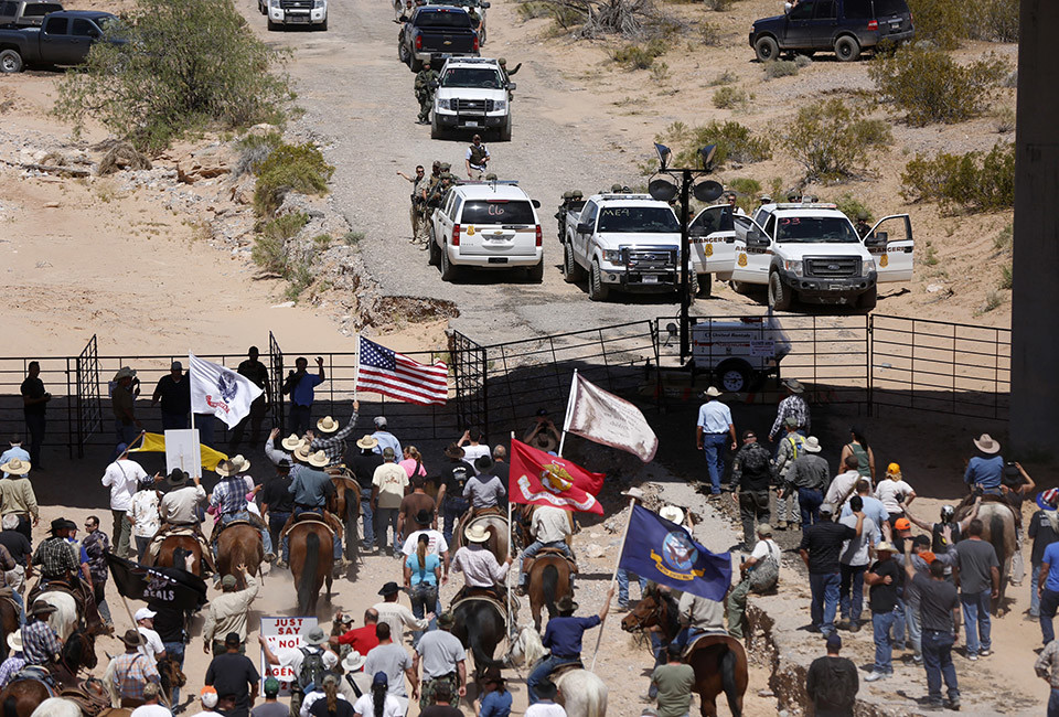 https://images.duckduckgo.com/iu/?u=http%3A%2F%2Fmedia.vocativ.com%2Fphotos%2F2014%2F04%2FDawn-America-Armed-Militias_01318766040.jpg&f=1