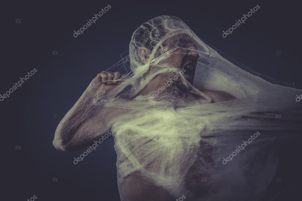 Homme pris au piège dans une toile d'araignée — Photo ...
