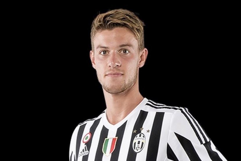 The 23-year old son of father (?) and mother(?), 190 cm tall Daniele Rugani in 2017 photo
