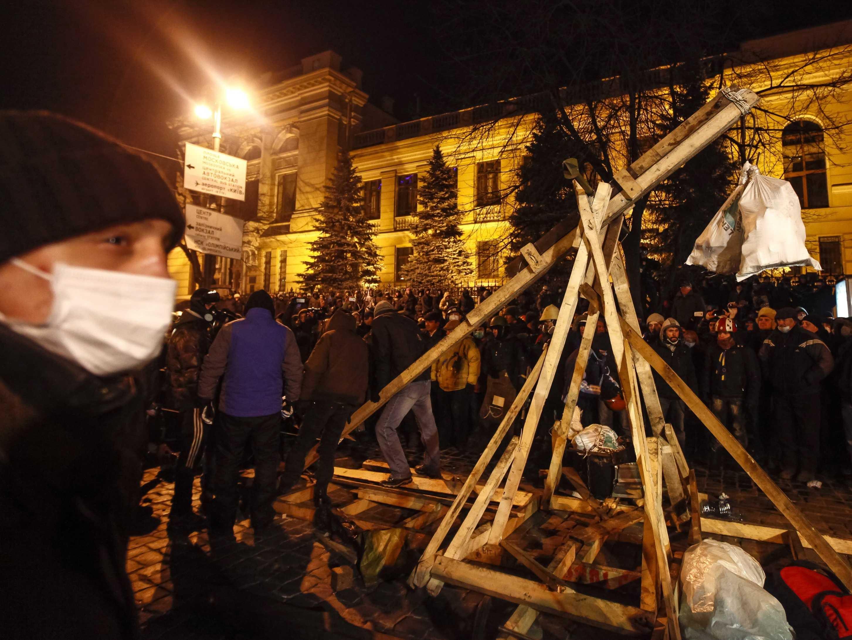 Kiev Riot Police Use Roman Tactics - Business Insider