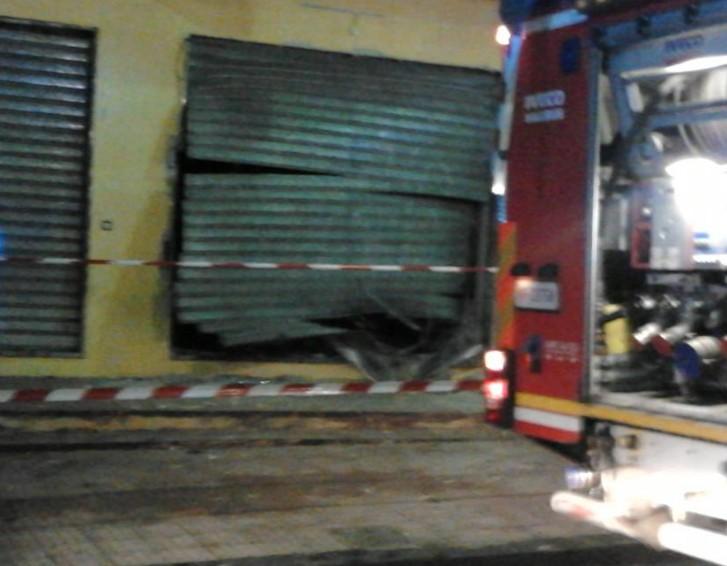 ... : Sant'Antimo. Bomba esplode nella notte davanti al centro scommesse