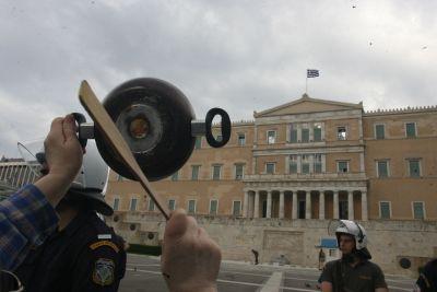 Με κατσαρόλες μπροστά από τη Βουλή | Newsbeast