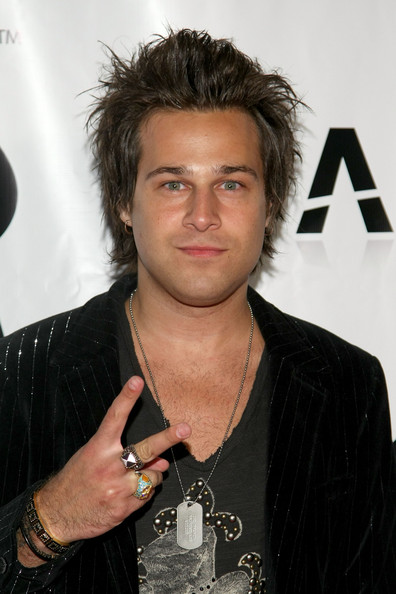 The 35-year old son of father (?) and mother(?), 174 cm tall Ryan Cabrera in 2018 photo