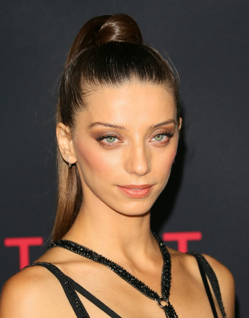 The 35-year old daughter of father (?) and mother(?) Angela Sarafyan in 2019 photo. Angela Sarafyan earned a  million dollar salary - leaving the net worth at 4 million in 2019