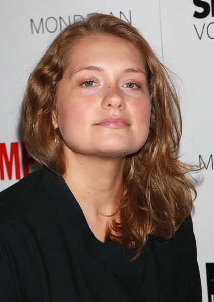 The 37-year old daughter of father (?) and mother(?), 167 cm tall Merritt Wever in 2017 photo