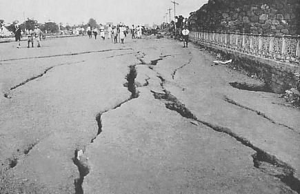 Earthquake_fissures_on_the_road_after_Gr