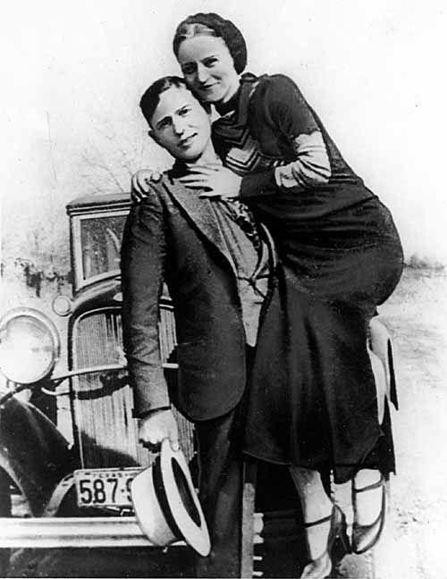 Bonnie & Clyde devant leur voiture en 1933 - Cultea