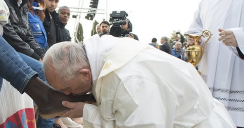 The Federalist: Pope kisses the feet of Muslim migrants