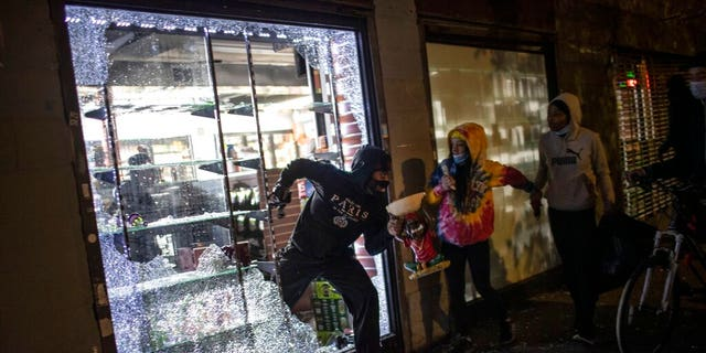 Luxury stores looted in overnight protests in NYC as de ...