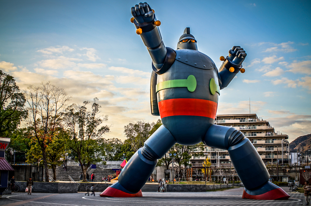 Tetsujin 28-go Monument (鉄人28号 モニュメント) in Kobe (神戸) Japan ...