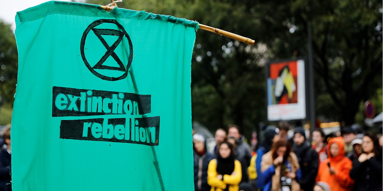 Activists of Extinction Rebellion block access around the National Assembly - Teller Report