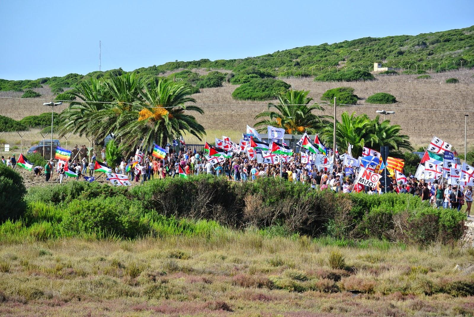 Manifestazione a Capo Frasca in Sardegna contro le basi ...