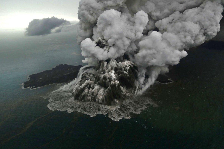 El volcán hijo del Krakatoa entra en erupción