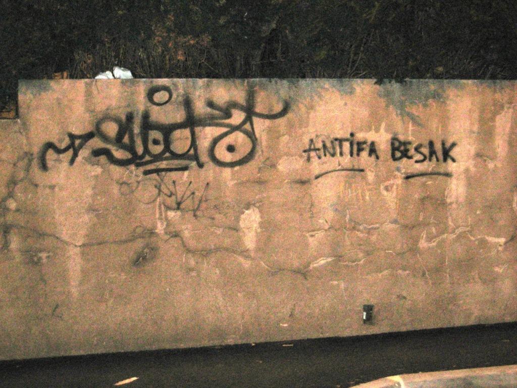 Pochoirs ACAB 357 et tags antifa – Besançon | Fragmentdetags