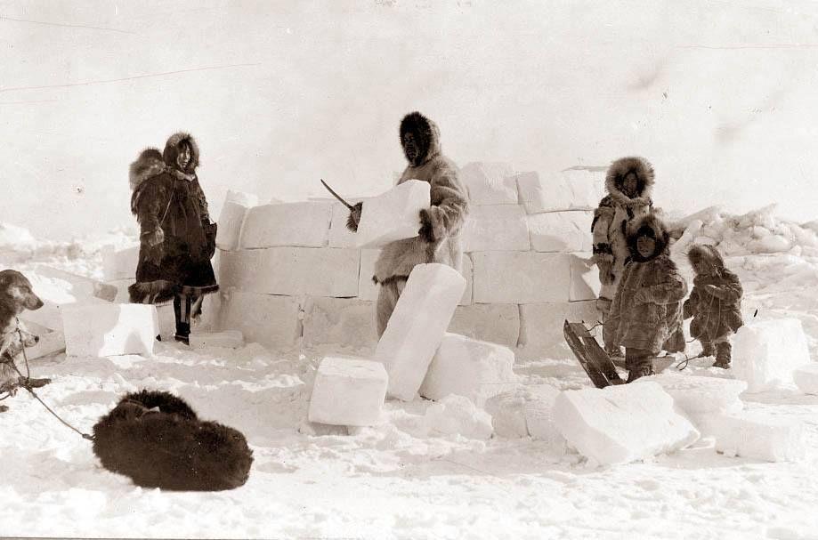 Eskimos of Alaska construct an igloo, 1924   Inuit, Igloo ...