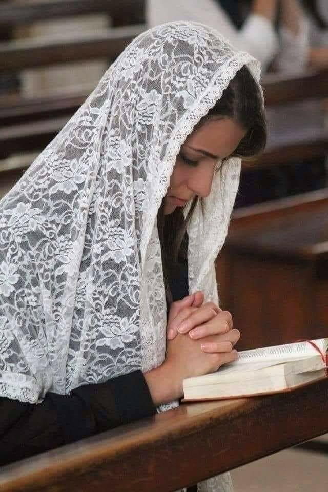 Las Mujeres Con Velo En La Iglesia,