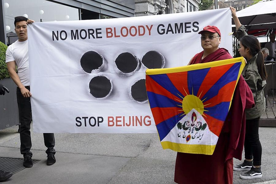 Pro-Tibet activists try to disrupt Chinese Olympic bid ...