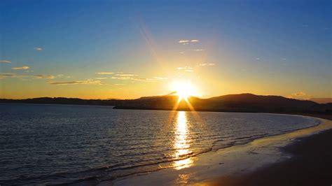 Amanecer soleado sobre el mar - YouTube