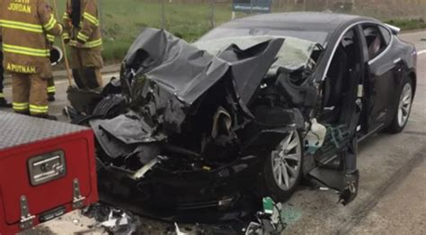Driver in Latest Tesla Crash Says Autopilot Was Engaged - ExtremeTech