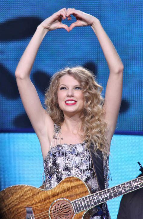 Taylor Swift - Fearless Tour Stills in Toronto