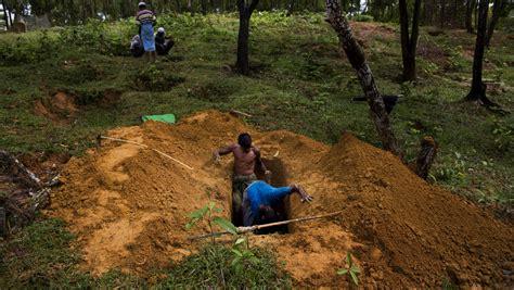digging-up-rohingya-graves-thai-border