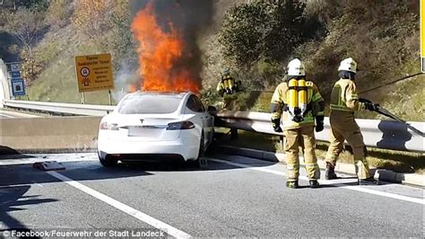 35 firefighters tackle an enormous Tesla Model S fire | Daily Mail Online