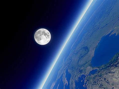 Vista desde el espacio de la Luna en el horizonte terrestre.