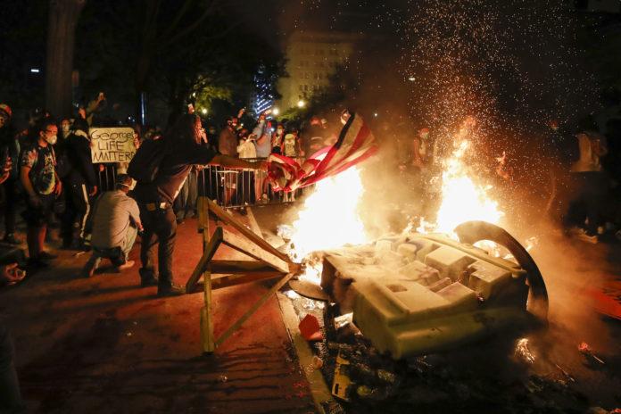 Protesters Start Fires Near White House - Vos Iz Neias