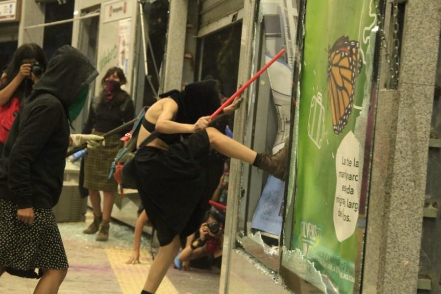 Manifestantes en marcha de mujeres vandalizan, agreden a ...