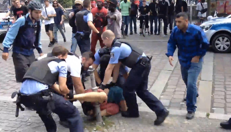 Eine Ausweiskontrolle der Berliner Polizei - Eine ...