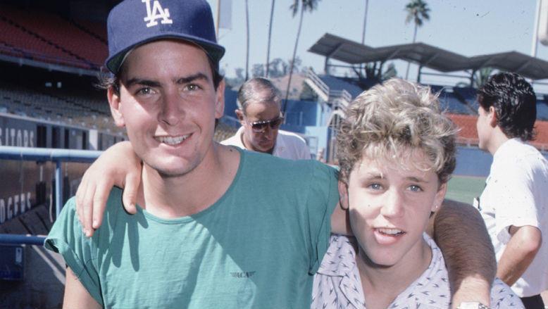 Charlie Sheen: accusato di aver violentato Corey Haim sul ...