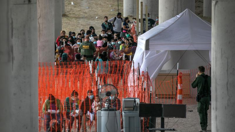 Shock Video: 1,000 Migrants Held Under Texas Bridge - NewsWars