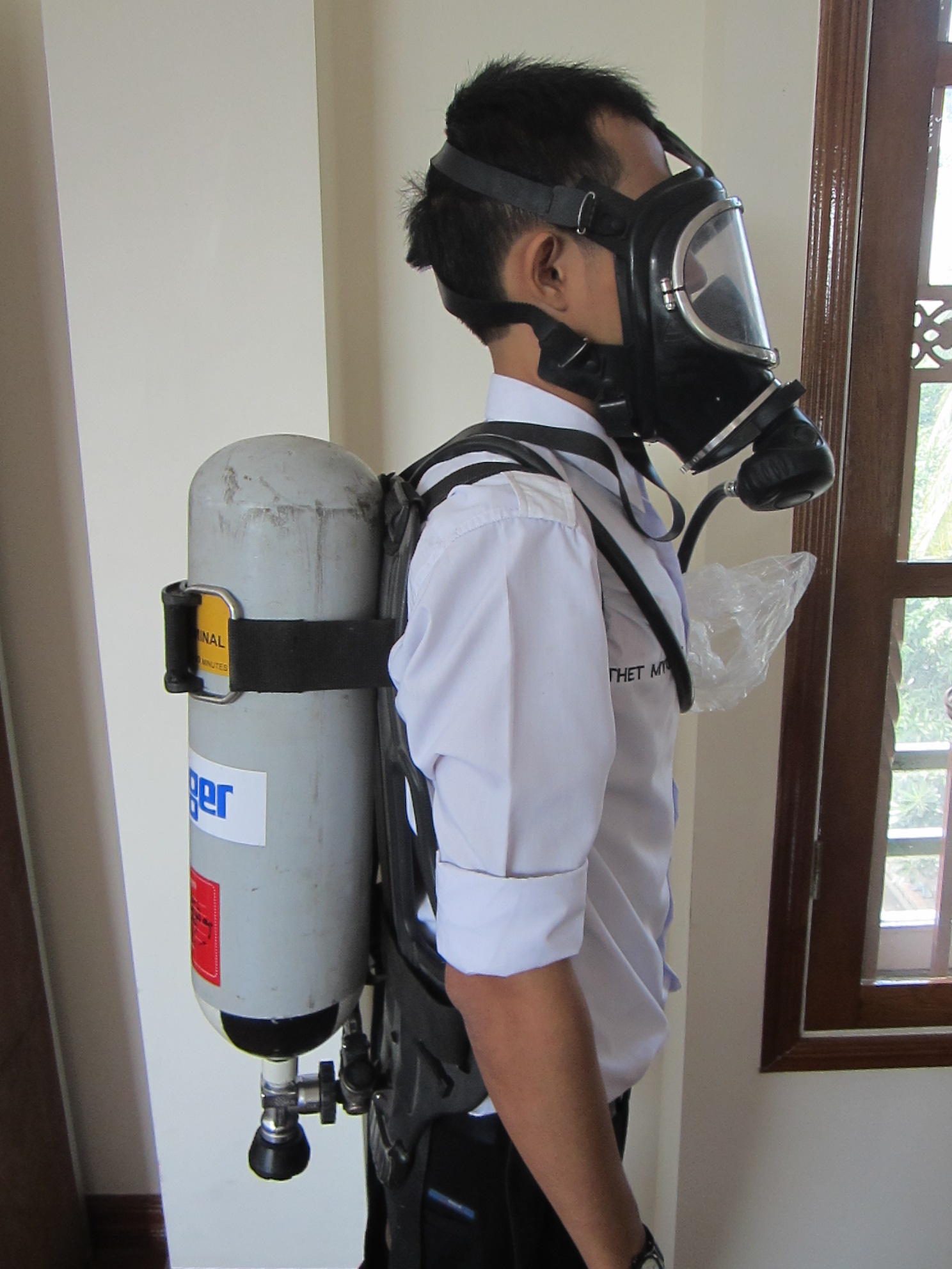 a-breathing-apparatus-set-is-worn-when-e